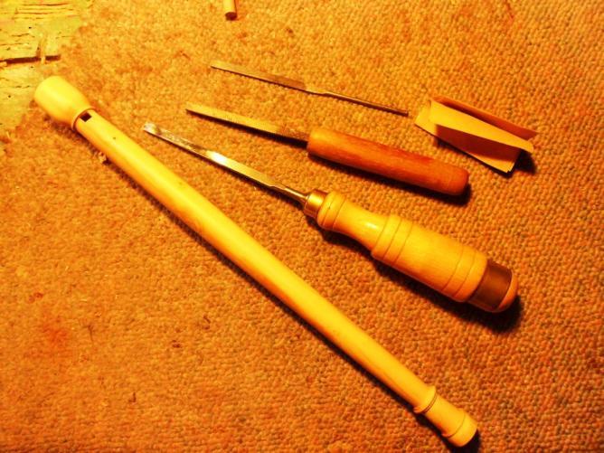 45 Mes outils : ciseau à bois et limes.